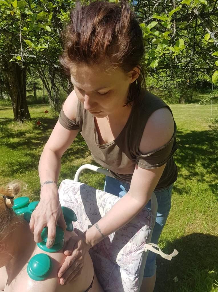 Koulutettu hieroja Erika Hinn kesämökillä.